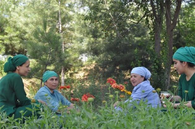 リハビリセンターで働く人々。休憩時間に庭で木の実を摘み、お茶を飲んでいた。(写真:Tomo Odagiri)
