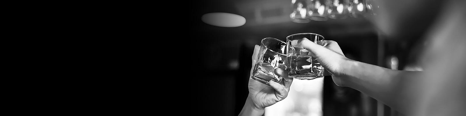 バー ウイスキー 乾杯 イメージ