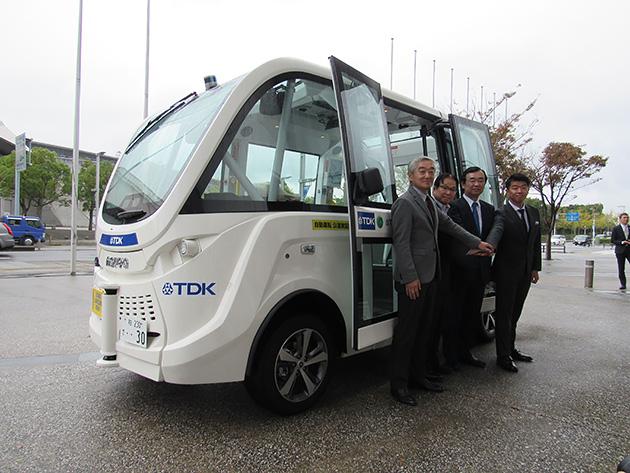 【写真1】SBドライブの自律走行バス、仏Navya社製の「NAVAYA ARMA」の公道トライアル。 V2I(Vehicle to Infrastructure)により、通信機能が付いた信号機と通信し、信号に合わせて自動停止・発進する。