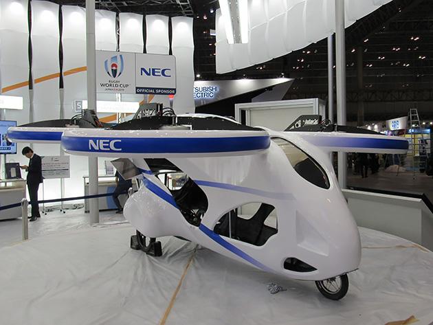 【写真5】NECの空飛ぶクルマの試作機。日本は法整備が遅れているが、ドバイをはじめ世界各国で同様の大型ドローンの開発が進められている。