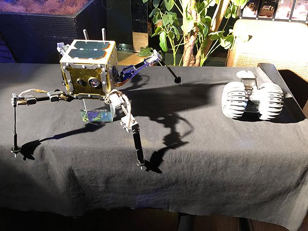 【写真7】Spacebit社のローバー「朝蜘蛛」(写真左)とダイモンの「YAOKI」(写真左)。月面上での国際的な協力が期待される。