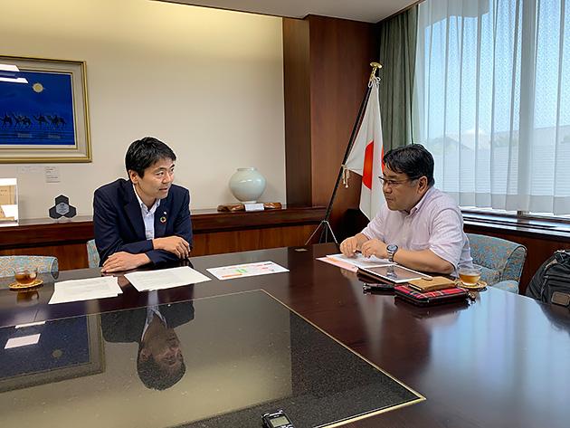 (左)松尾崇(鎌倉市長)氏 (右)森本登志男