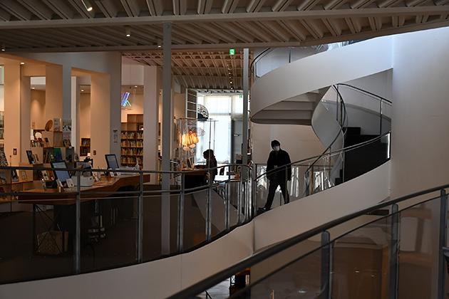 太田市美術館・図書館の1階