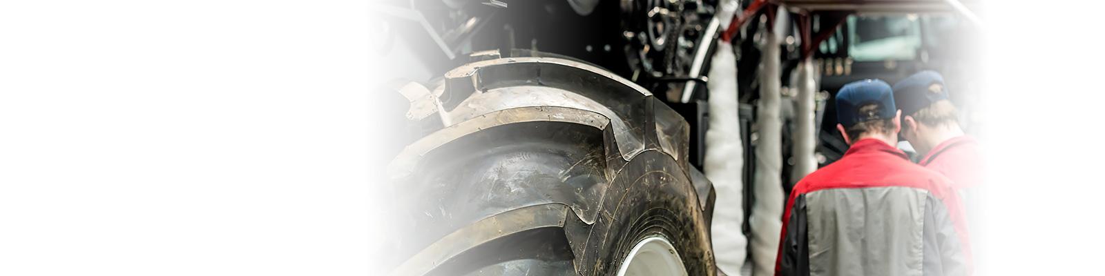 トラクター 工場 従業員 イメージ