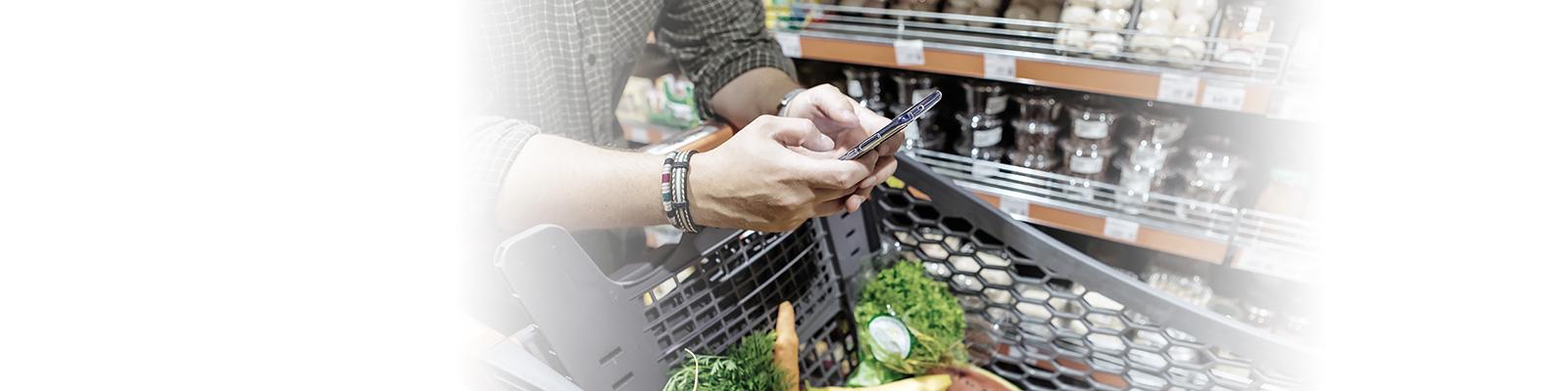 スーパーマーケット 消費者 スマートフォン イメージ