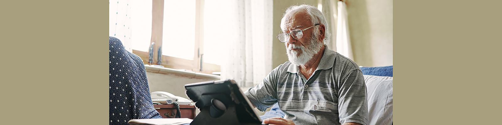 高齢者 コンピュータ 利用者 イメージ